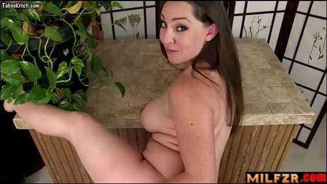 A creampie in mother's pussy is best reward